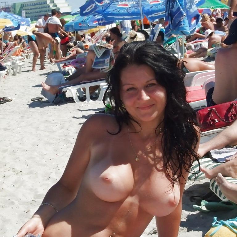 moya-zhena-topless-na-obshestvennom-plyazhe-chastnie-foto-master-trahnul-klientku